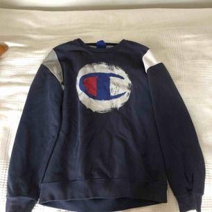 En mörkblå champion tröja med stor champion logga i mitten, köpte för 400kr