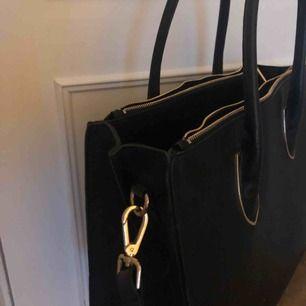 Säljer en super fin handväska från h&m då jag ej använder den längre. Har haft väskan i ungefär 2 år men den är i fint skick. Väskan har några foundation fläckar på sig som kan ses på bild nummer 3. Möts upp i Örebro, annars står köparen för frakten;)