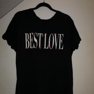 En jättefin tshirt från pull & bear, storlek S. Använd några gånger men fortfarande i fint skick. Fin detalj med ett hjärta i nacken (se bild 2), köparen står för frakten annars kan jag mötas upp i Eskilstuna❣️