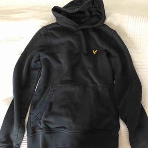 Helt svart Lyle&Scott hoodie med litet märke vid bröstet. Är i väldigt bra skick, köpte för 700kr