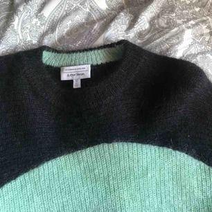 en fin stickad tvåfärgad tröja ifrån other stories⚡️⚡️ köpt här på plick men inte min färg tyvärr. köpare betalar frakt😅