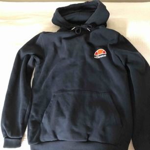 En mörkblå Ellesse hoodie med litet märke vid bröstet, knappt använd. Är i jätte bra kondition, köptes originellt för 450kr