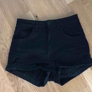 Vanliga svarta shorts, stretchiga. (Svarta, ej urtvättade) väldigt bra skick, högmidjade (går över naveln) stl 36 från Hm kostar 50kr