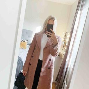 Snygg rosa kappa i bra skick från Gina Tricot. Köparen står för frakten!