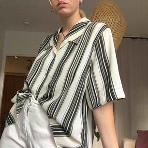 🖤 Randig skjorta i en oversized model. Köpt secondhand. 🖤