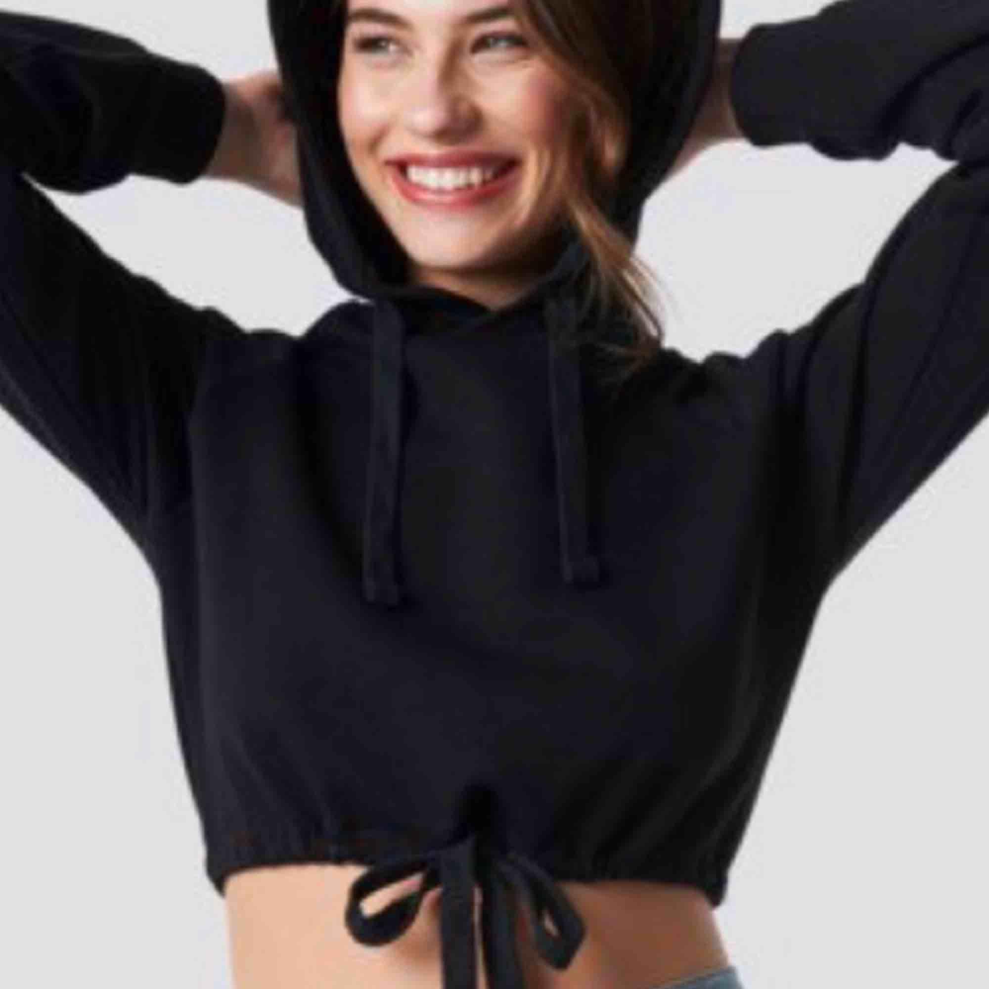 Jättefin croppad hoodie med knytning på magen. Använd kanske 2 eller 3 gånger pga inte riktigt min stil. Köparen står för frakt. Huvtröjor & Träningströjor.
