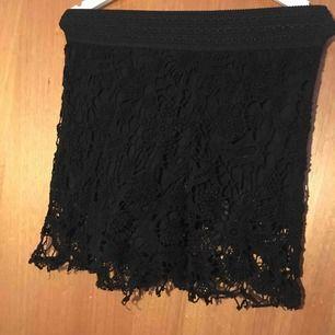 Svarta shorts med fina blom detaljer över i storlek 40 från h&m! Väldigt stretchiga material. Säljer pga att det ej är min storlek Kan mötas upp i Stockholm eller fraktas, köparen står för fraktens kostnad