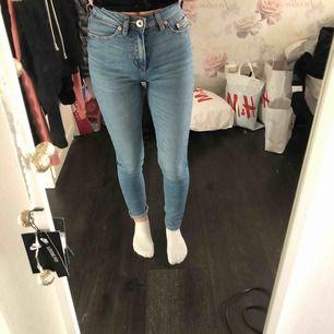 Fina ljusblåa jeans från lager 157. Nypris: 300kr mitt pris 100kr. Det står inte storlek i dom men tror att det är XXS passar även XS. Köparen står för frakten