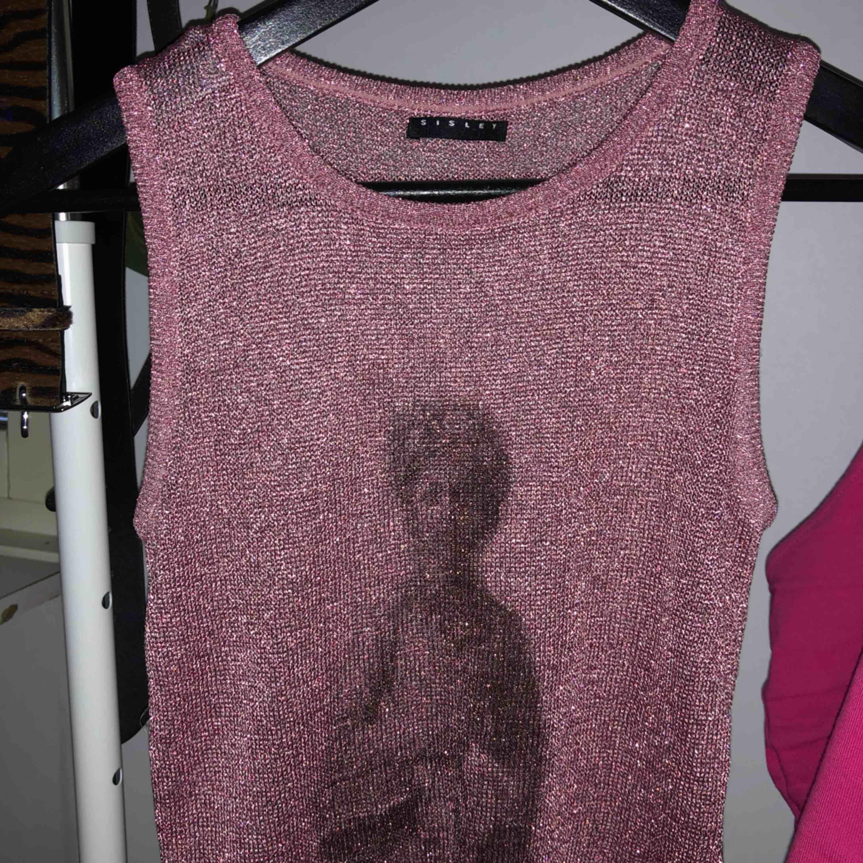 Ganska genomskinligt rosa glittrigt linne. Vet inte storleken men passar mig som brukar ha S eller storlek 36 på överdelar. Frakt 39 kr ☺️. Toppar.