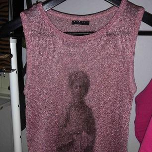 Ganska genomskinligt rosa glittrigt linne. Vet inte storleken men passar mig som brukar ha S eller storlek 36 på överdelar. Frakt 39 kr ☺️