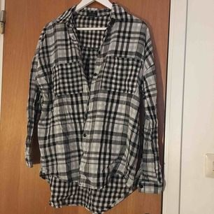 Fin rutig oversized skjorta i storlek Xs/s från New yorker! Endast använd ett fåtal gånger  Kan mötas upp i Stockholm eller fraktas, då står köparen för fraktens kostnad.