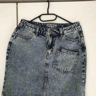 Skönt och mjukt jeanstyg. Med 1 ficka på både fram och baksidan. Oanvänd. Frakt ingår inte