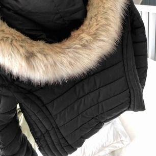En svart vinterjacka från Zara, stl XS men passar en S, använd en vinter men inget som märks  (fler bilder kan skickas)