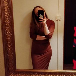 Långärmad ribbad klänning från Nelly i orangebrunt! Går ned till smalbenen på mig (är 165cm). Frakt ingår er i priset.
