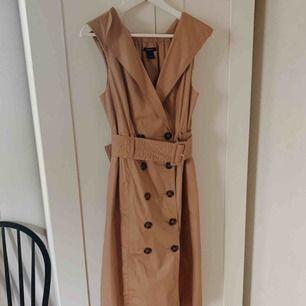 """Finfin klänning från Lindex i """"trenchcoat-modell"""". Storlek 38 men passar även storlek 36. Använd en gång."""