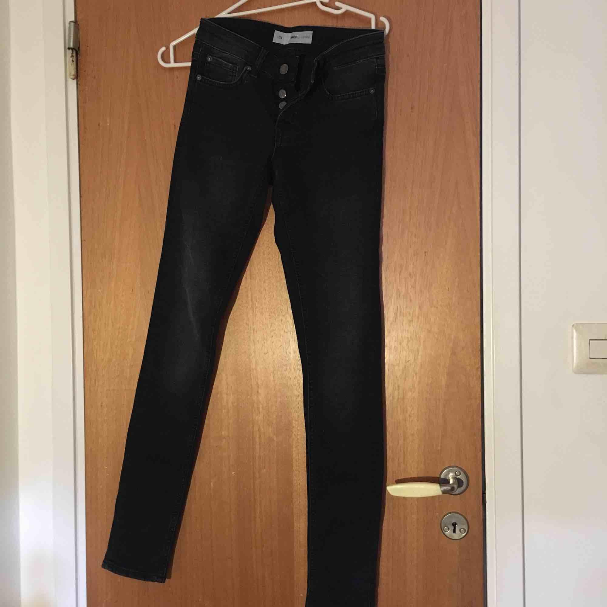 Fina mörka jeans från Cubus i storlek W24! Säljes för att de ej kommer till användning Kan mötas upp i Stockholm eller fraktas, köparen står för fraktens kostnad . Jeans & Byxor.