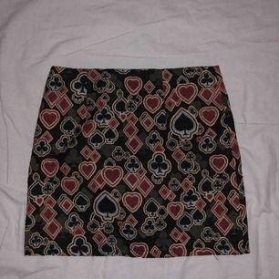 """Jättecool vintage kjol med kortlek-symboler på! Är i storlek M men är jätteliten för mig. Kjolen är i """"asiatisk"""" storlek så denna skulle nog passa någon med storlek XXS-XS och mindre kurvor då den inte har någon stretch alls. Frakt 39 kr ☺️"""