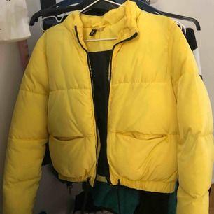 Superfin jacka perfekt nu till både vintern och hösten då den är varm ☺️bra skick!!