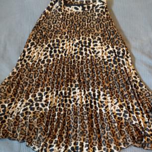 Leopardfärgad kjol från NAKD! Genomskinlig men har en kort underkjol, dragkedja i midjan. Går nedanför knäna på mig (är 165). Frakt ingår ej i priset.