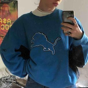 Chill nice oversized sweatshirt från reebok köpt från urban outfitters, så najs å stor å mysig å fluffig å mjuk därinne asså den e bäst (sista bilden är insidan)