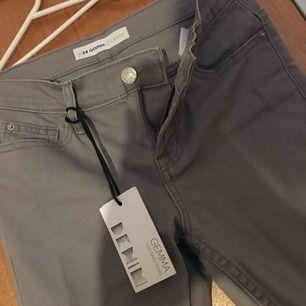 """Fina gråa """"Gemma"""" byxor från Cubus i storlek w24!  Aldrig använda, säljes för att de sitter för små på mig. Kan mötas upp i Stockholm eller fraktas, köparen står för fraktens kostnad."""