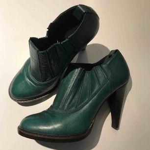 Designerskor i läder från Anne Valerie Hash. Nyskick. Käota i Paris.