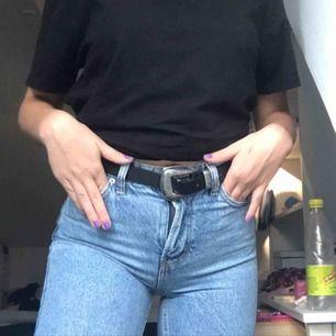 Mina så fina mom-jeans från bershka som nu blivit lite för små för mig! De är den perfekta ljusblåa färgen och har för mig att denna färg inte säljs längre! Storleken är 32 vilket ungefär motsvarar en XS och längden är 30!