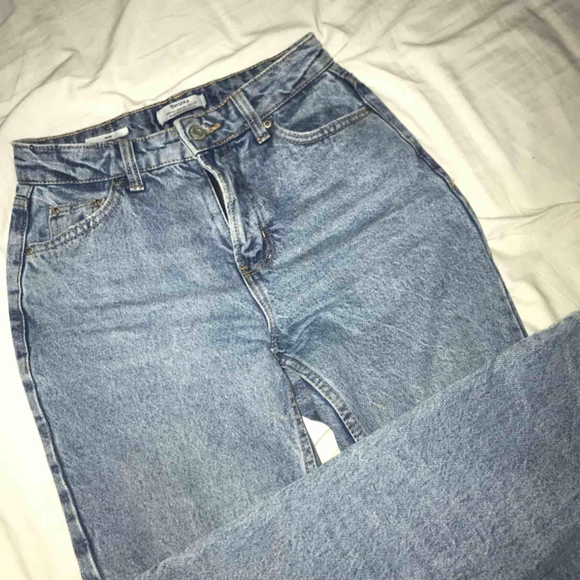 Mina så fina mom-jeans från bershka som nu blivit lite för små för mig! De är den perfekta ljusblåa färgen och har för mig att denna färg inte säljs längre! Storleken är 32 vilket ungefär motsvarar en XS och längden är 30! . Jeans & Byxor.