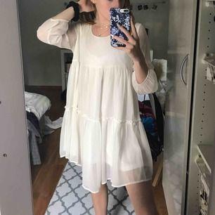 En gullig vit klänning köpt på second hand men inte använd många gånger ut av mig. Frakten ingår