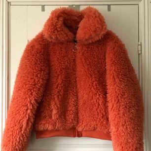 En jätte fluffig orange jacka från Bikbok. Köpt för 600. Jackan har aldrig används. Pris kan diskuteras