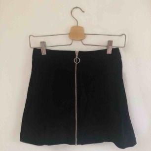 Säljer en fin kjol i jeansmaterial med dragkedja framtill. Säljer den då den tyvärr har blivit för liten för mig. Kan frakta (ej inkluderat i priset) eller alternativt mötas upp i Stockholm.😊