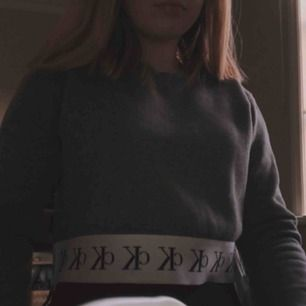 Äkta Calvin Klein sweatshirt, kortare så nästan som en crop top. Limited edition tröja!! Superbra skick💕 frakt tillkommer