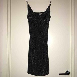 Jätte fin klänning som ej kommit till användning ! Använd en gång . ✨😍