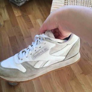 Väl använda sneakers men i fungerande skick! Slitna men supersköna. Lite tjockare så passar bra till hösten/vintern.