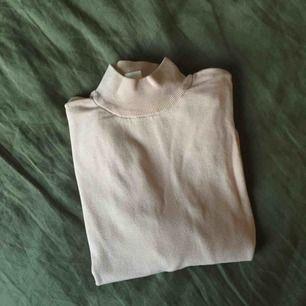 Sparsamt använd ljusrosa tröja från Monki. Betalning sker med Swish. Kan hämtas upp på Södermalm eller i Hökarängen, Stockholm,