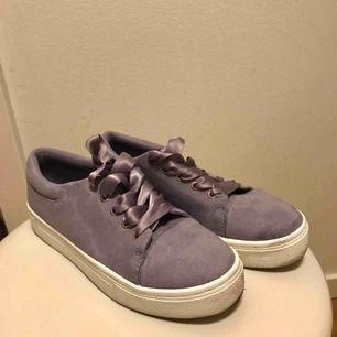 Fina lila sneakers från Ivyrevel, storlek 37. Använda ca 1-2 gånger. Finns i Bergshamra, kan skickas mot frakt.