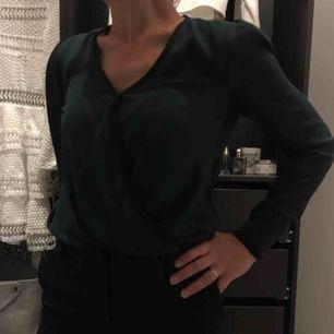"""Jättesnygg mörkgrön blus med svarta """"kanter"""", classy och fin färg (finare i verkligheten)!  🗯fraktar alltid med video/bildbevis, frakt står köparen för (63kr)🗯"""