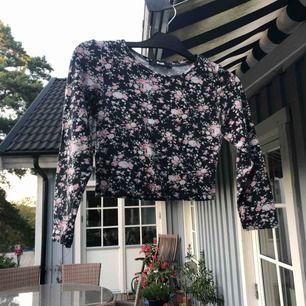 Fin croppad blommig tröja  Väldigt mjuk o skön   Eventuell frakt tillkommer💗
