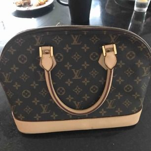Äkta Louis Vuitton väska. Köpt i Paris för fem år sedan har har tyvärr inget kvitto kvar. Super fint skick. Frakt tillkommer