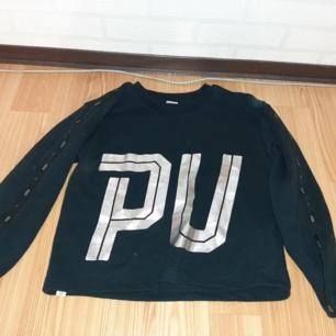 Cropped puma sweatshirt, aldrig använd så perfekt skick.  Super skön att ha på sig. Säljer pågrund av att den inte kommer till användning. 💓