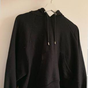 En svart något croppad svart hoodie från monki. Frakt tillkommer💕