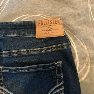 Jag säljer ett par lågmidjade Hollister jeans, använda ett fåtal gånger.  Kan frakta eller mötas, köparen står för frakten