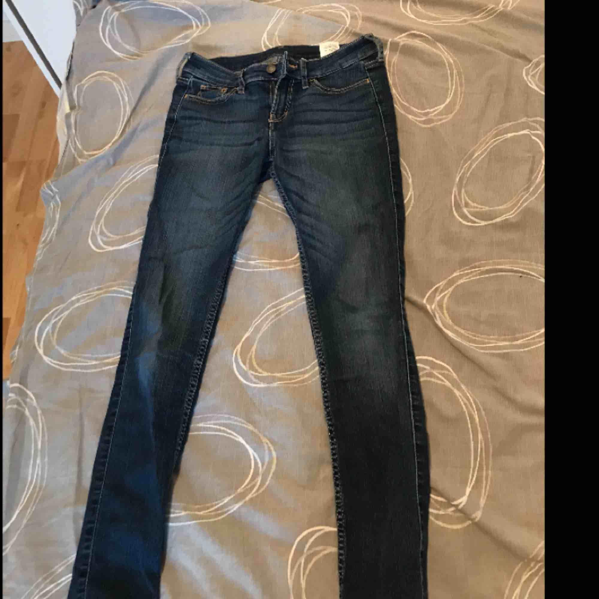 Jag säljer ett par lågmidjade Hollister jeans, använda ett fåtal gånger.  Kan frakta eller mötas, köparen står för frakten. Jeans & Byxor.