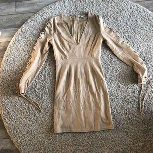 - Beige klänning från Nelly - Snygg snörning på armarna - Använder inte längre - Köparen står för frakten
