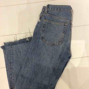 Skitsnygga boyfriend jeans med hål på knäna, använda fåtal gånger då dem tyvärr är för stora