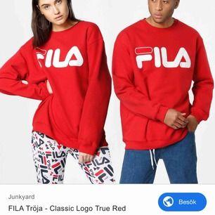 Röd sweatshirt från Fila i storlek S. Köpt på Junkyard. Noppig på insidan men fortfarande skön. Jag står för frakten🥰