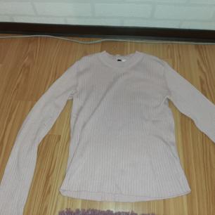 Fin tajt ljusRosa tröja från h&m.  Verkligen aldrig använd pågrund av att den inte kommer till användning för Mig 💓