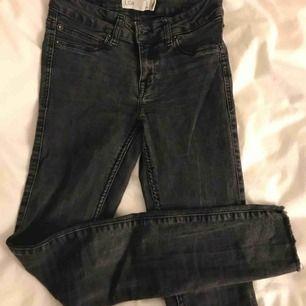 Så sköna och coola jeans från Gina. Köpta för jättelänge sen men endast använda ett fåtal gånger. Fransar längst ner på benen eller liknar (avklippta). Nypris runt 500kr.