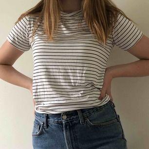 Söt, randig klänning från Pretty Little Thing 🖤 Aldrig använd, säljer pga för kort för mig. Går även att använda som t-shirt (första bilden). OBS: Liten i storleken! Frakt ingår!