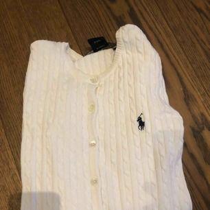 Oanvänd Rahlf lauren kofta, mycket bra skick. Koftan är vit och det är en ficka på vardera sida om knapparna.